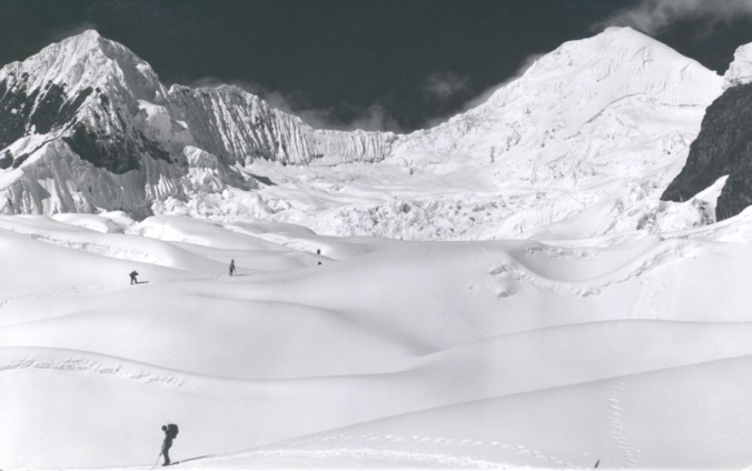 By 1980, the highest unclimbed peak in the Cordillera Blanca was Nevado Puntancuerno (5959m). It had been attempted twice by strong North American groups. The Peruvians Américo Tordoya and Augusto Ortega boldly scaled to the top.